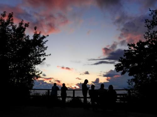 Na tarasie widokowym #zachód #niebo #ludzie #morze