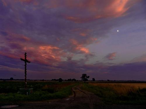 Raz jeszcze wracam w moje ulubione miejsce, tym razem w porze, gdy słońce i księżyc spotykają się na nieboskłonie #zachód #krzyż #RozstajeDróg #rozstaje