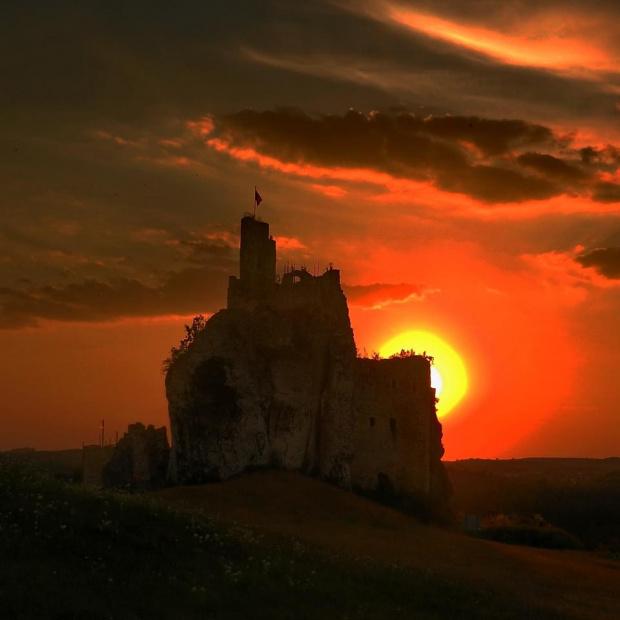Ruiny, im bardziej się rozpadaja, tym bardziej są urocze #Mirów #zachód #ZachódSłońca