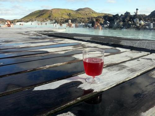 A to taka ciekawostka,jedno z najbardziej popularnych miejsc w Islandii-Blue Lagoon.Nazwa od niebieskiej wody.Kapielisko z ciepla woda:) .