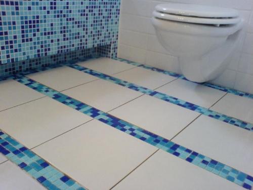 mozaika w lazience niebieska