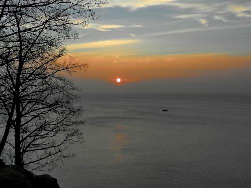 Tańczą szkwały, a my ...w dal #wschód_słońca #sunrise #morze #zatoka #klif #Bałtyk #Baltic #Orłowo