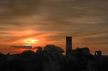 Witajcie w świecie historii zaklętej w wapieniu. Ruiny królewskiego zamku w Olsztynie otoczą się mrokiem - niech no tylko słońce schowa się za horyzont... #zachód #Olsztyn #zamek #ruiny