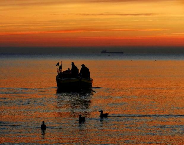 Wychodzimy na połów #kuter #wschód #morze #rybacy